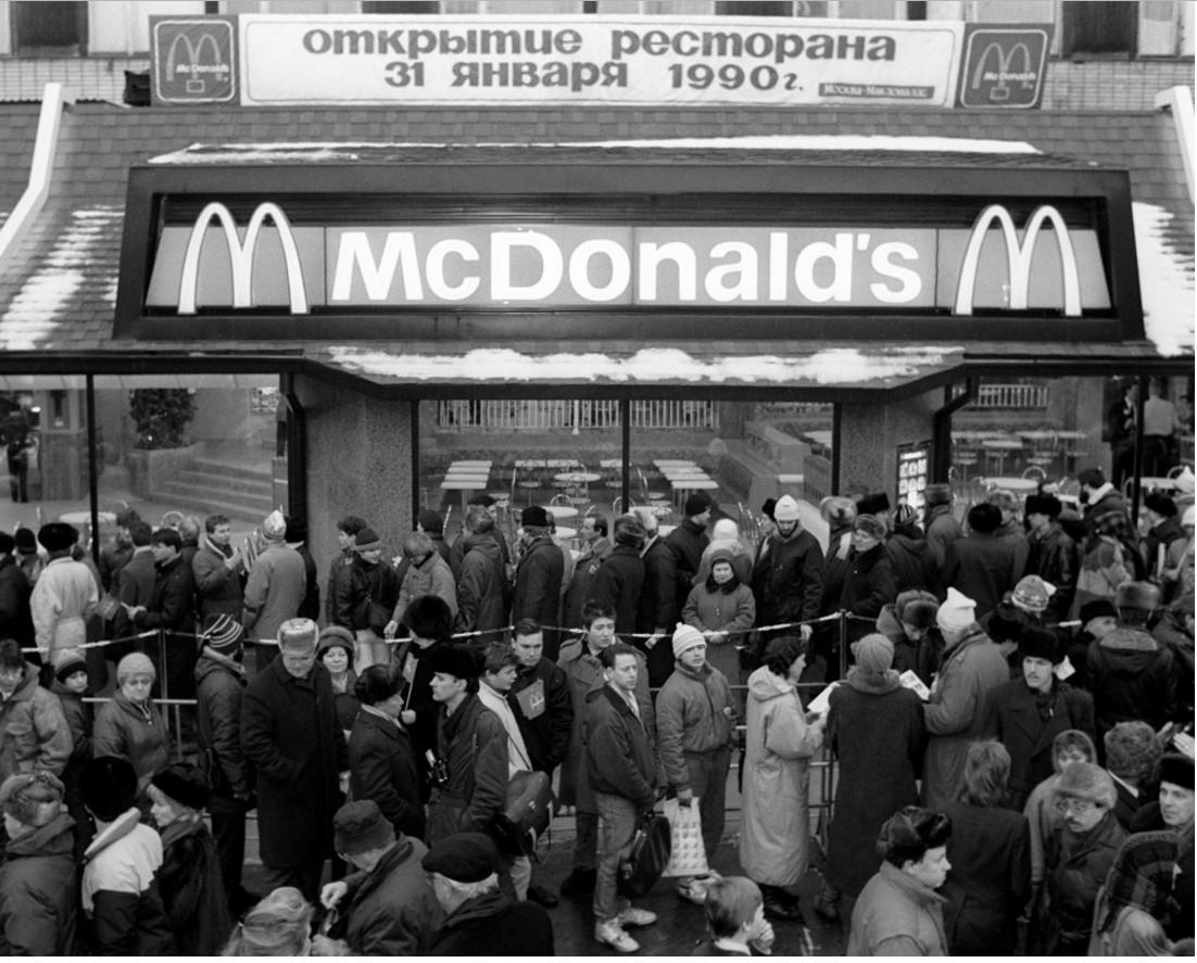 1990. У ресторана Макдональдс  на Пушкинской площади в Москве в день открытия