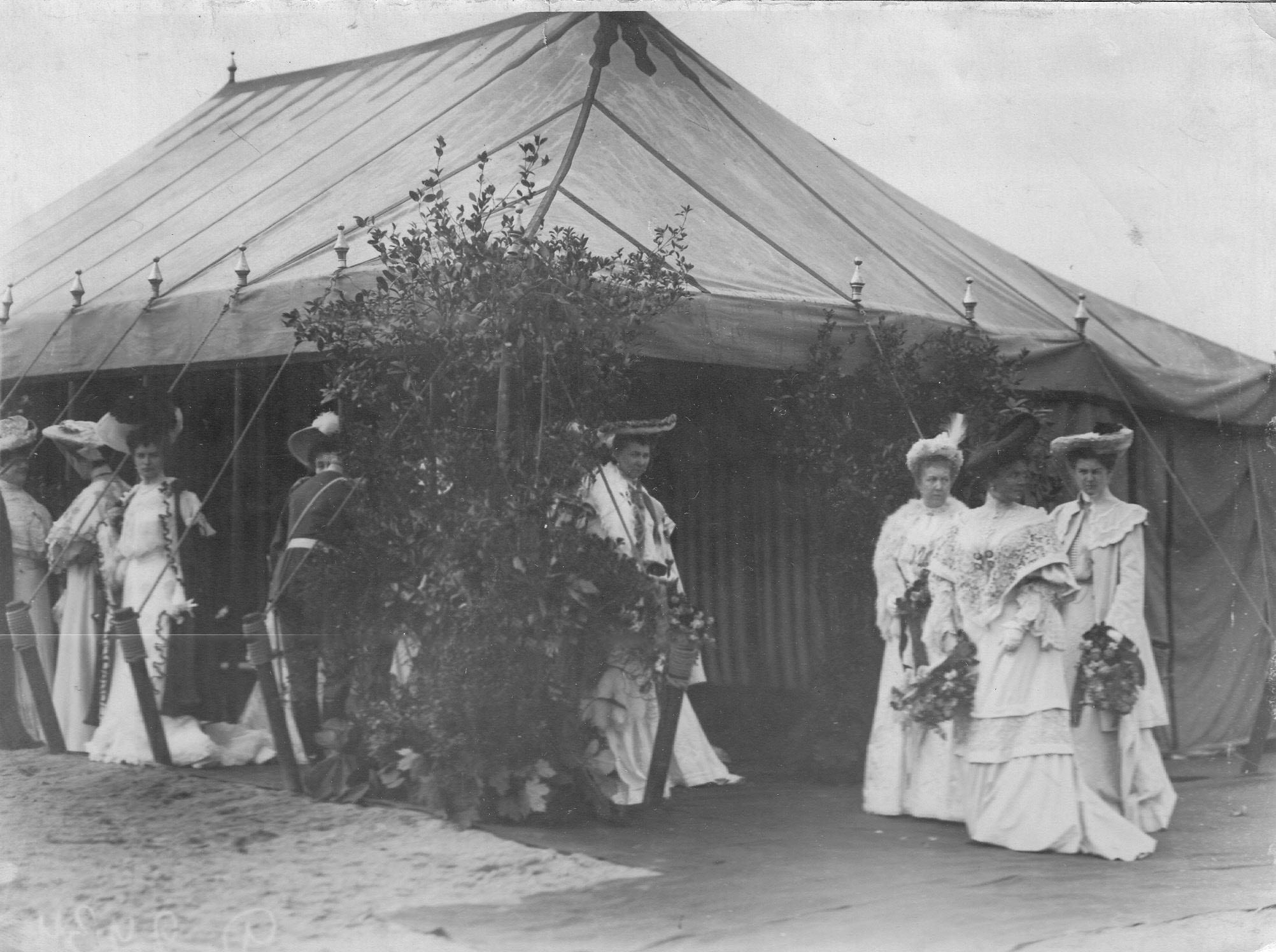 Жены офицеров полка у палатки во время празднования 250-летнего юбилея полка