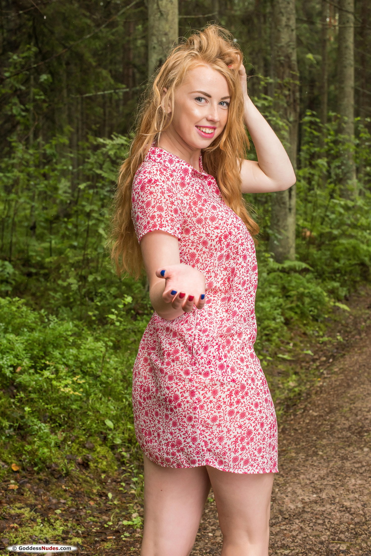 Irini на лесной тропинке
