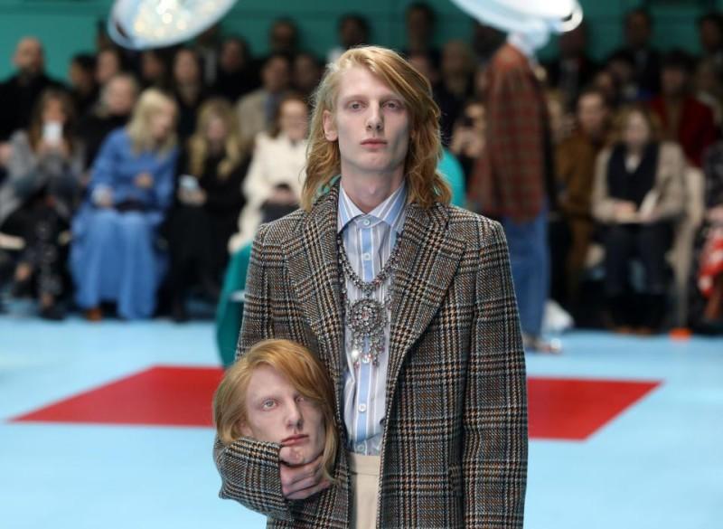 Показ Gucci породил новый флешмоб: пользователи инстаграма фотографируются с головами друзей в руках (20 фото)