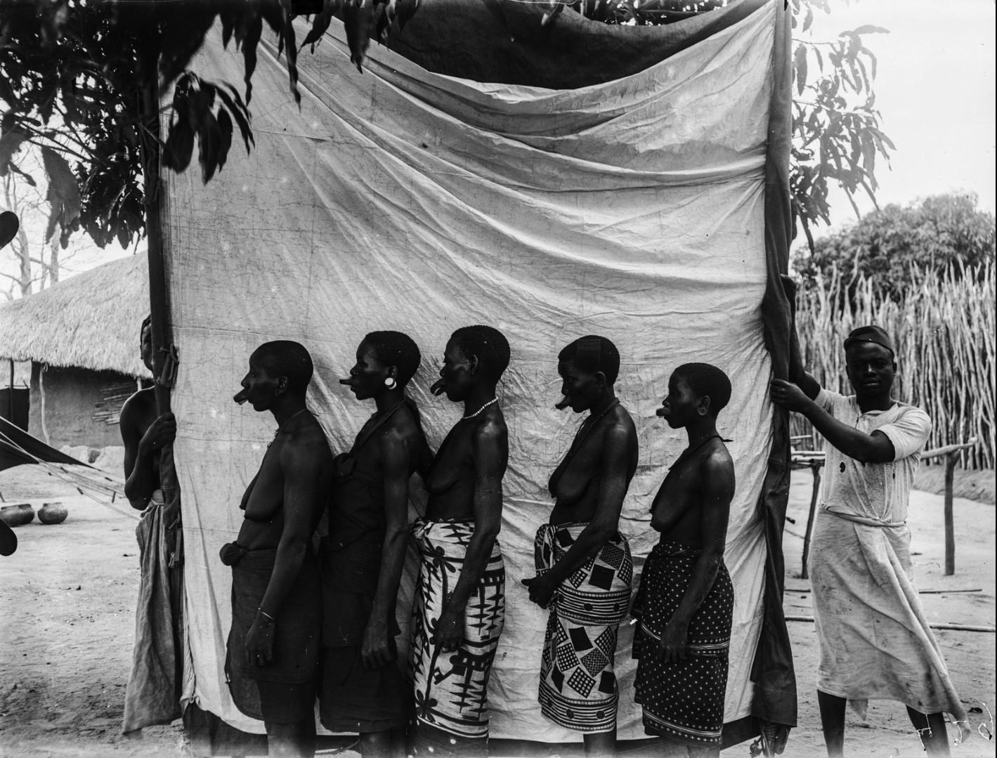 39. Антропометрическая фотография пяти женщин-маконде