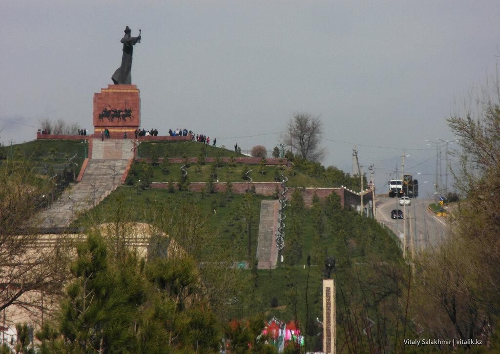 Памятник возле зоопарка, Шымкент