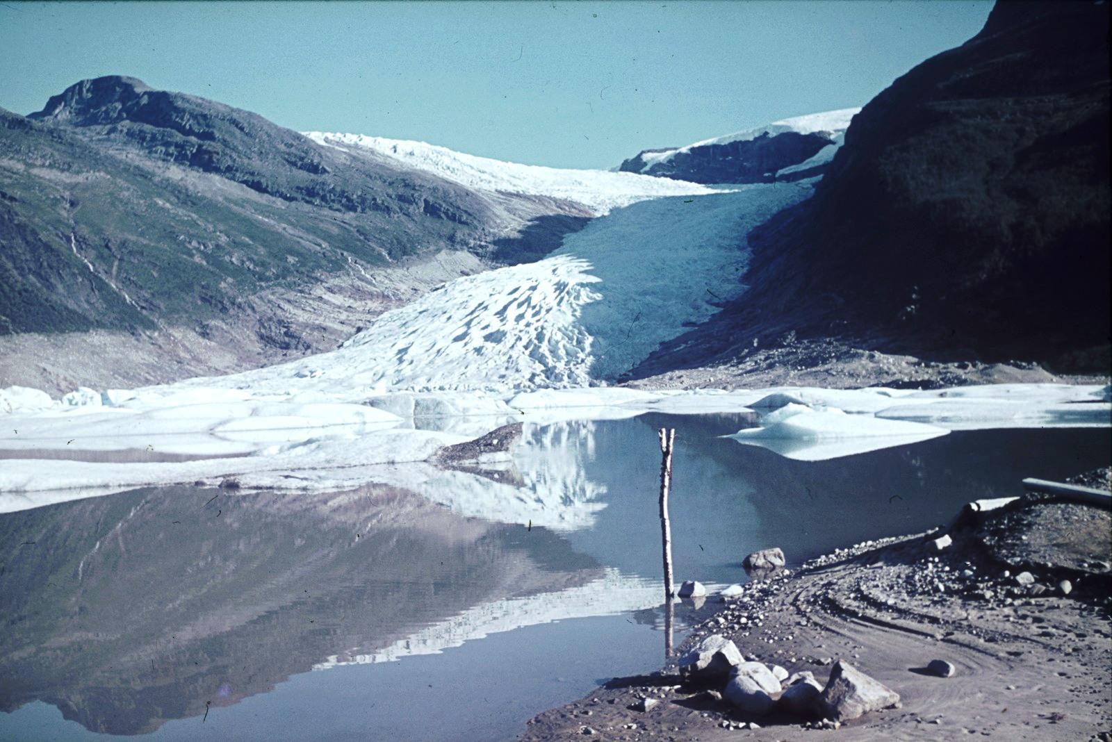 Ледник Свартисен с ледниковым озером