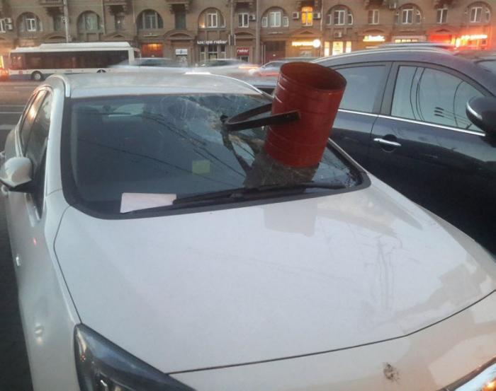 0 1842cc 947d9e12 orig - Народный гнев к нарушителям правил парковки