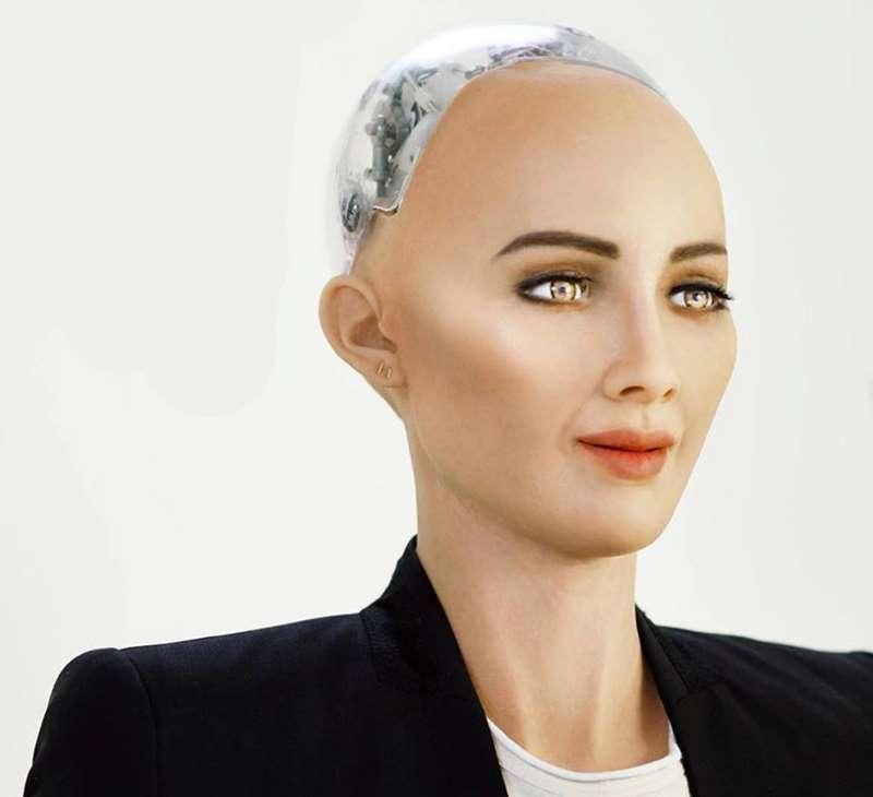 Робот София получила гражданство Саудовской Аравии, и теперь у нее больше прав, чем у женщин и трудовых мигрантов страны (2 фото)