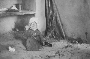 Маленькая девочка в избе
