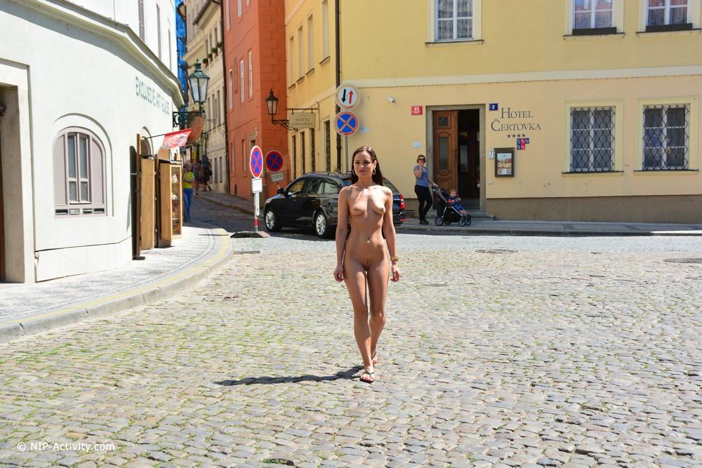 Голая Kari прогулялась по Праге