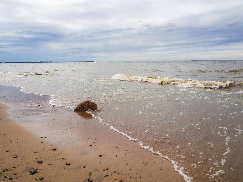 Рисунок волн на берегу.