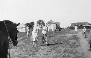 Дети на деревенской площад