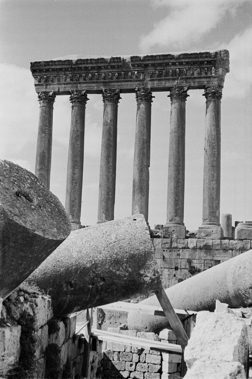 Храмовый комплекс. Руины храма Юпитера с шестью коринфскими колоннами с архитравом