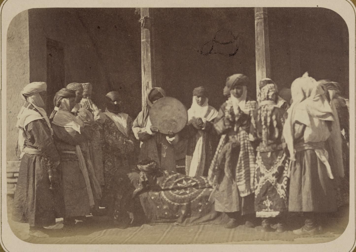 Погребальные обычаи. Группа еврейских женщин на похоронах