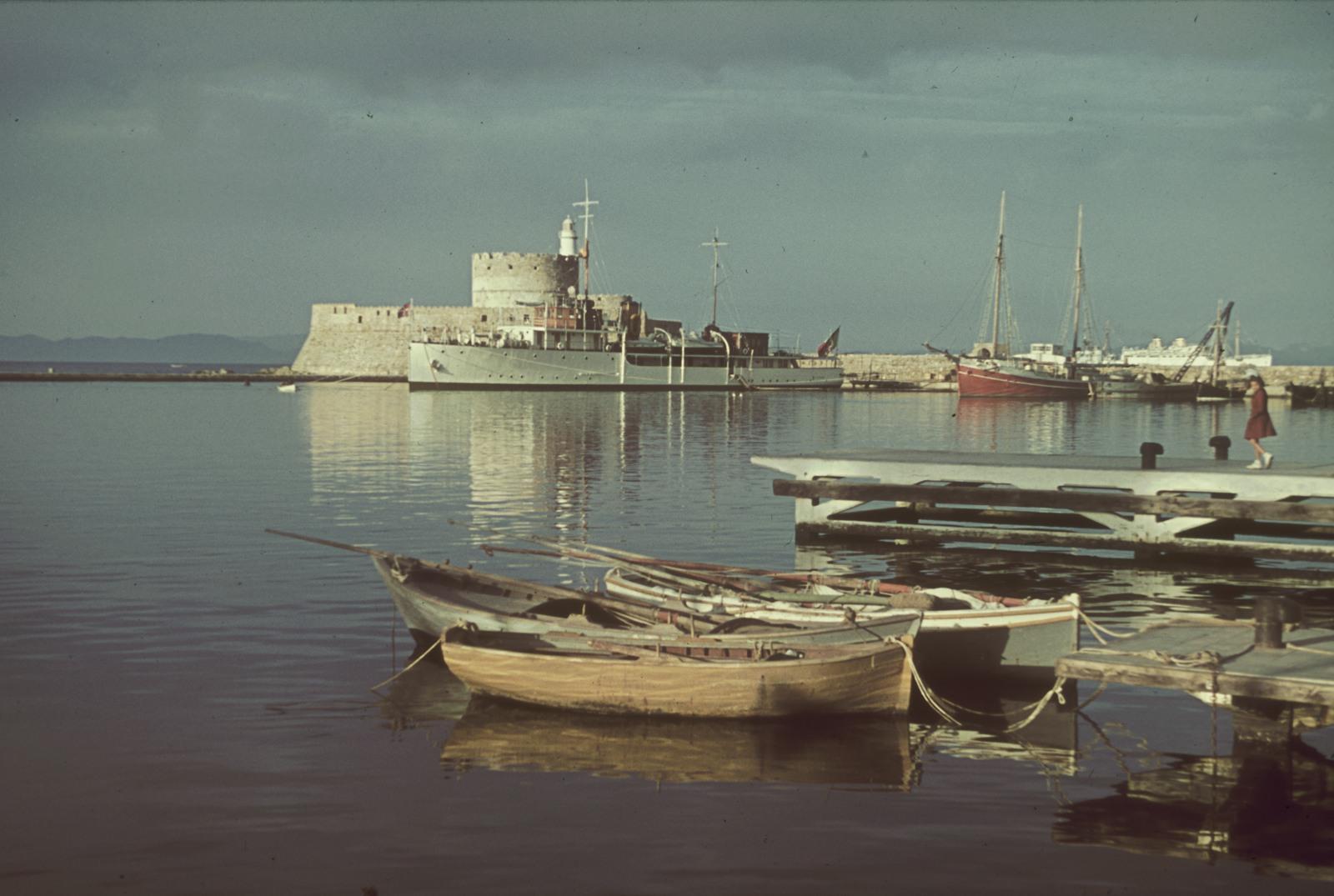 Родос. Портовое сооружение с крепостью. На переднем плане, причалы с лодками