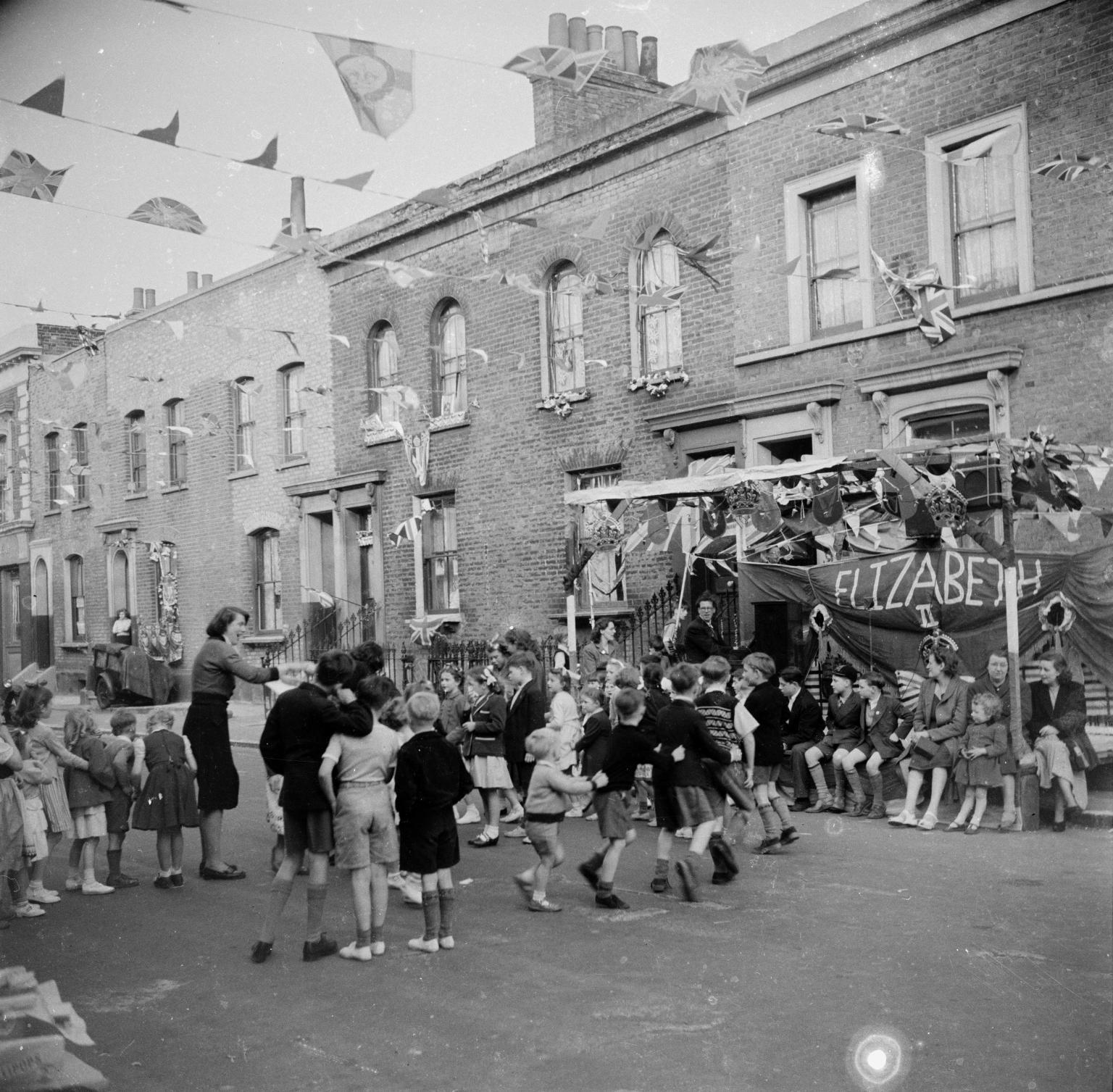 Уличное празднование в честь коронации Елизаветы Второй. 1953