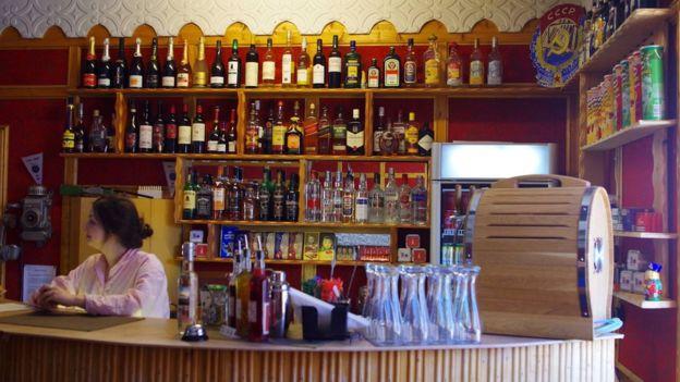 За пивом через полмира: британец выпил в самом северном и самом южном пабе мира (5 фото)