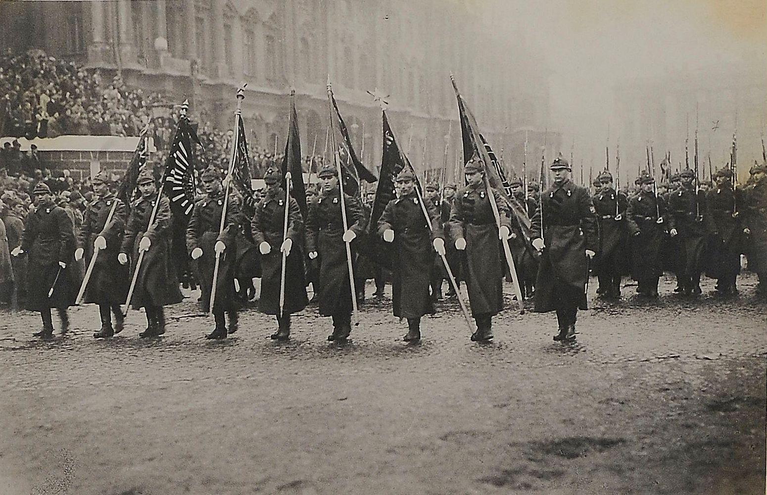 1923. Фото парада войск Петроградского военного округа во время приема шефства работниками искусства и просвещения 6 мая