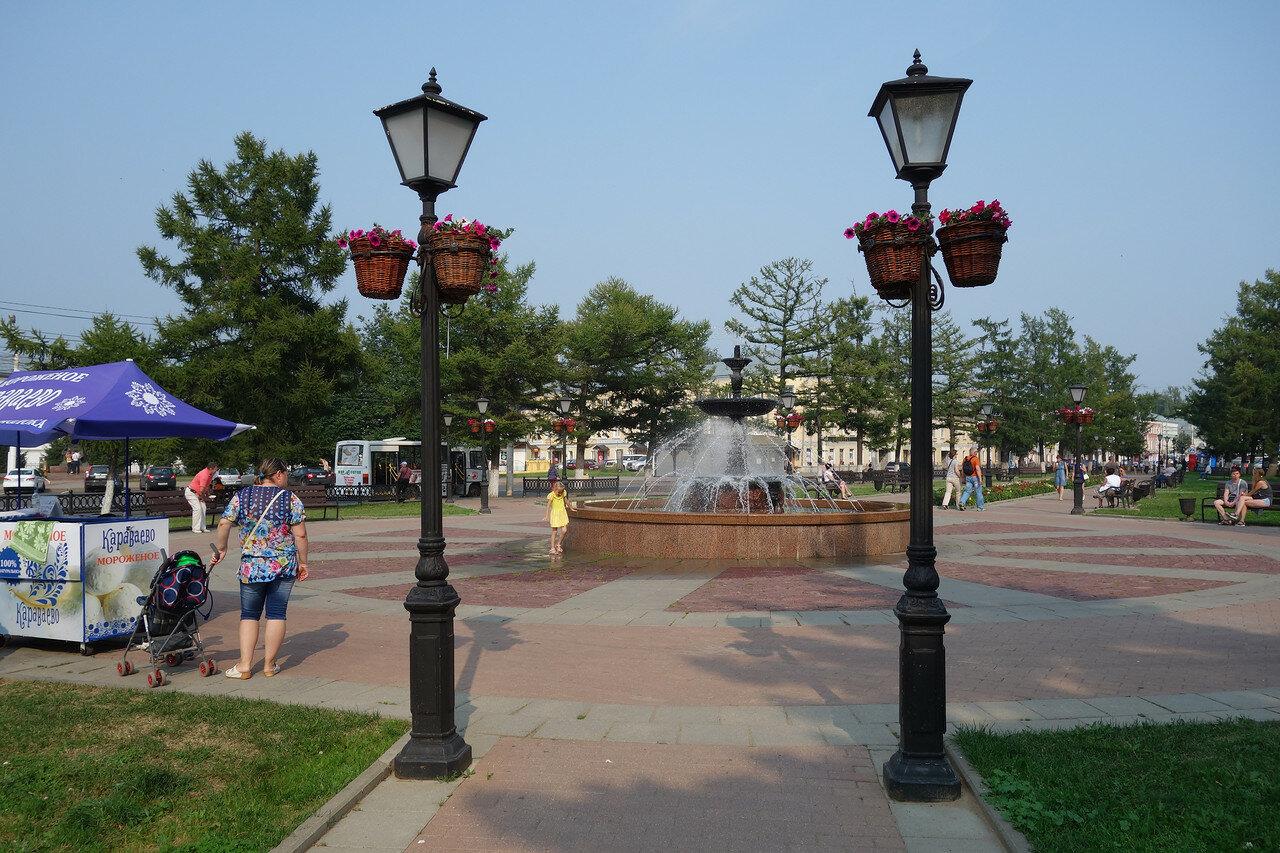 Воскресенская площадь, фонтан, фонари