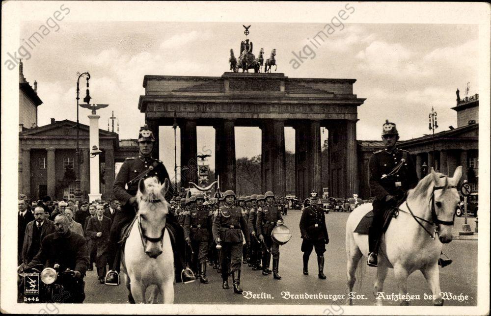Berlin Mitte, Brandenburger Tor, Wehrmacht, Aufziehen der Wache, Polizei