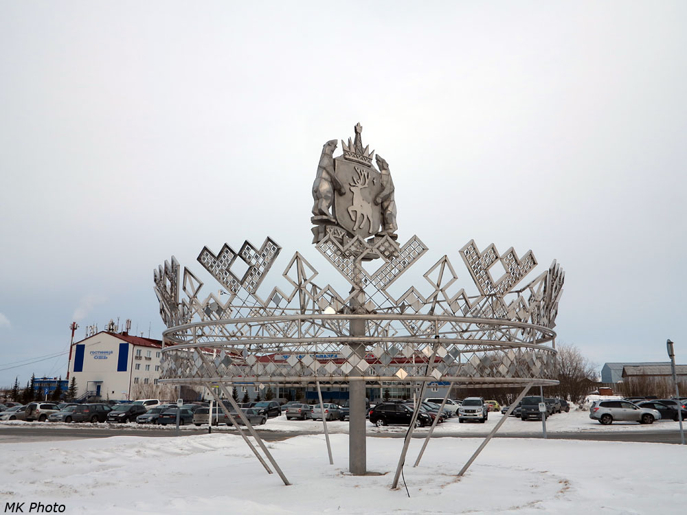 Герб Ямало-Ненецкого автономного округа у аэропорта Салехарда