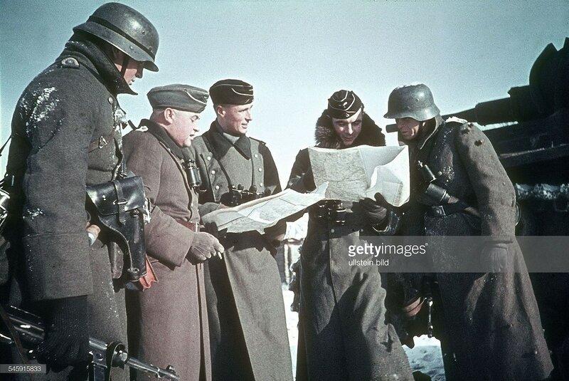 Wolokolamsk - Klin. Briefing between tank and grenadier tropp leaders. December 1941 Foto Arthur Grimm.jpg