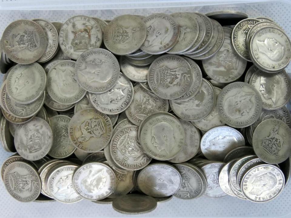 Пенсионерка обнаружила чемодан с серебряными и золотыми монетами в унаследованном доме