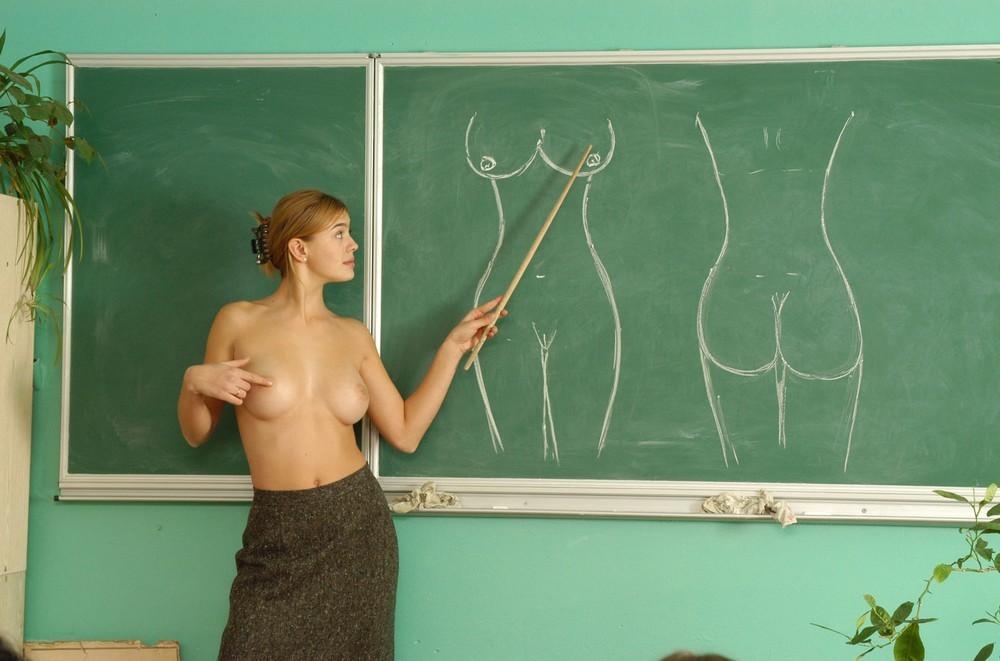 анатомии молодая голая на уроке