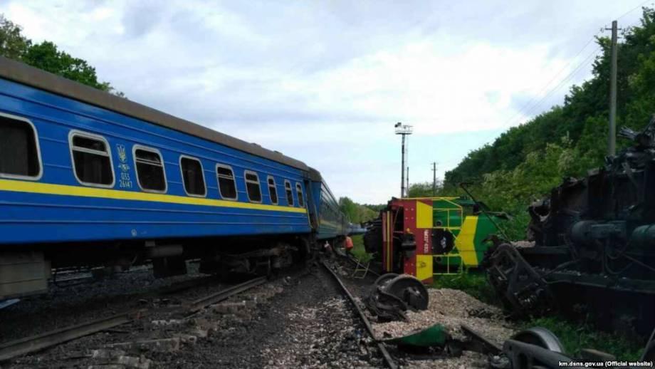 В «Укрзализныце» называют две возможные причины столкновения поездов на Хмельнитчине