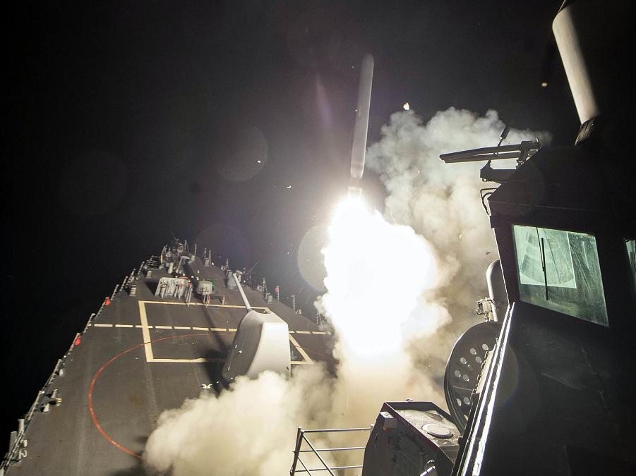 USS Росс (DDG 71) наносит удар Томогавками по Сирии 6 апреля 2017.png