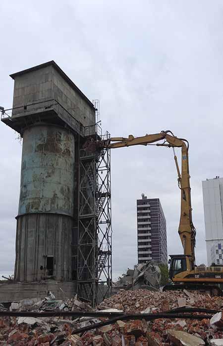 2016 Демонтаж металлоконструкции на бетонном заводе в Москве. Бетонные силасы, получилось около 100 тонн чёрного металла. Толщина стенок 5 мм, высотой 30 метров.