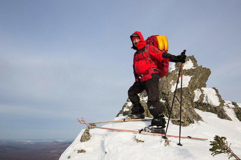 неопытный лыжник на горе