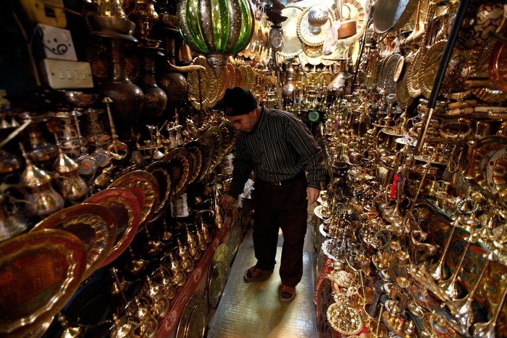 18. Владелец магазина традиционных сделанных вручную медных изделий в Багдаде. (Mohammed Ameen/Reute