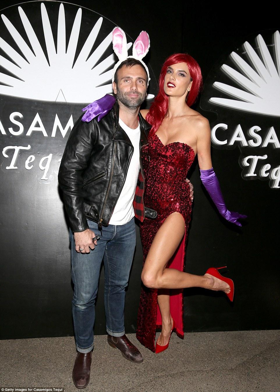 Модель Victoria's Secret Алессандра Амбросио в образе сексапильной Джессики Рэббит.