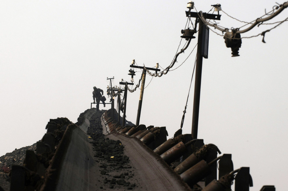 22. Уголь — древнее растение под землей. Довольный шахтер после смены, провинция Шаньси, Китай,