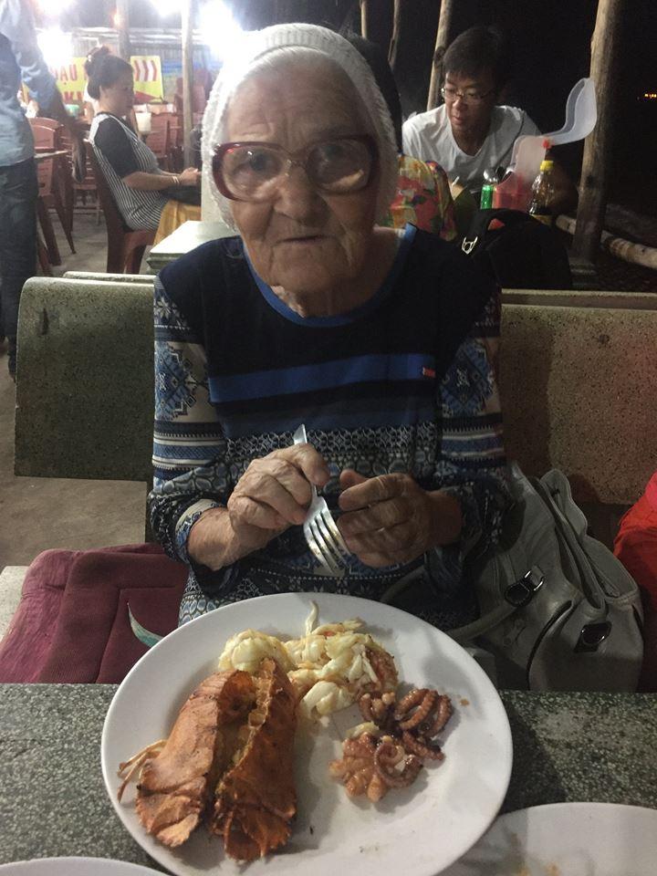 Если не считать плохого зрения, здоровье позволяет бабе Лене путешествовать. Хоть она и ходит с трос
