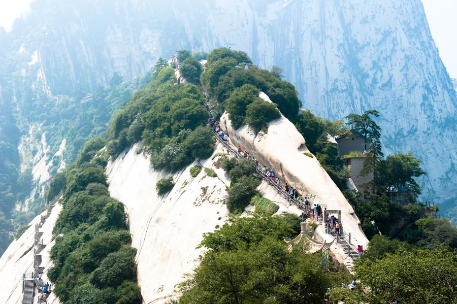 15.Изначально туристы и паломники попадают на Северную вершину, с которой уже по ряду узких тропино