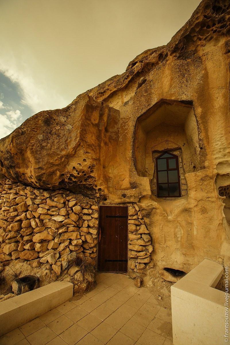 29. Рисунки и арабская вязь, выцарапанные на стенах. Среди надписей выделяется суфистское стихо