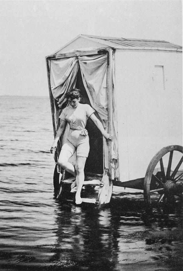1. Купальная машина — устройство, популярное в 18 и 19 веках, позволяющее людям переодеться в купаль