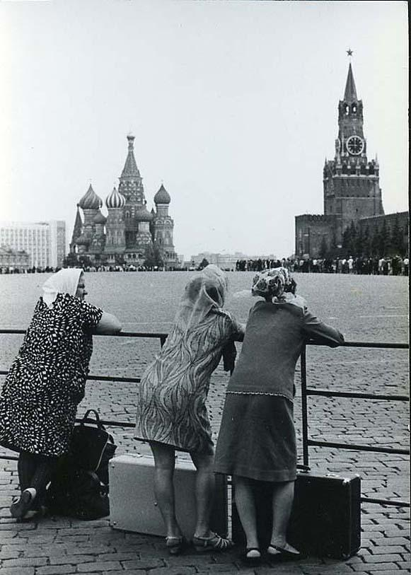 Ахломов В. «К Ленину». Только приехавшие в Москву девушки на Красной площади.