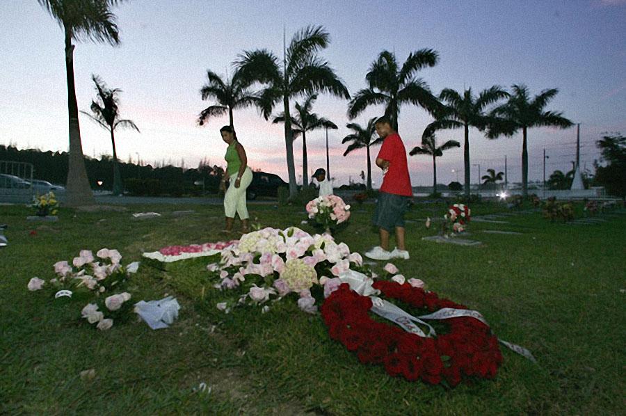 Местные жители у могилы Анны Николь Смит в Нассау на Багамах 2 марта 2007 года. Бывшая модель Playbo