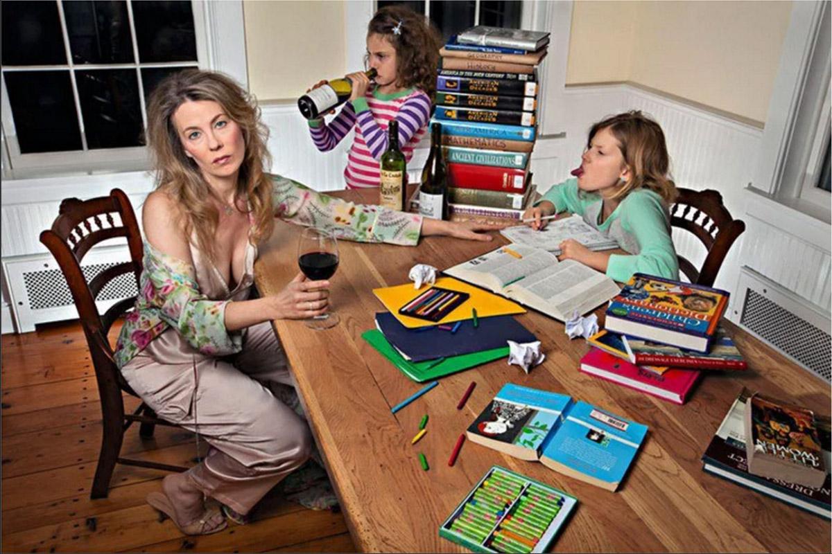 «Радости семейной жизни»: фотопроект об очень плохой матери