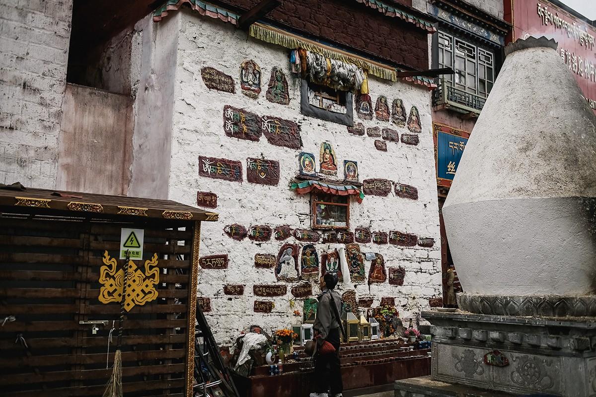 11. Как оказалось, мы вышли к задней стороне храма Джоканг.