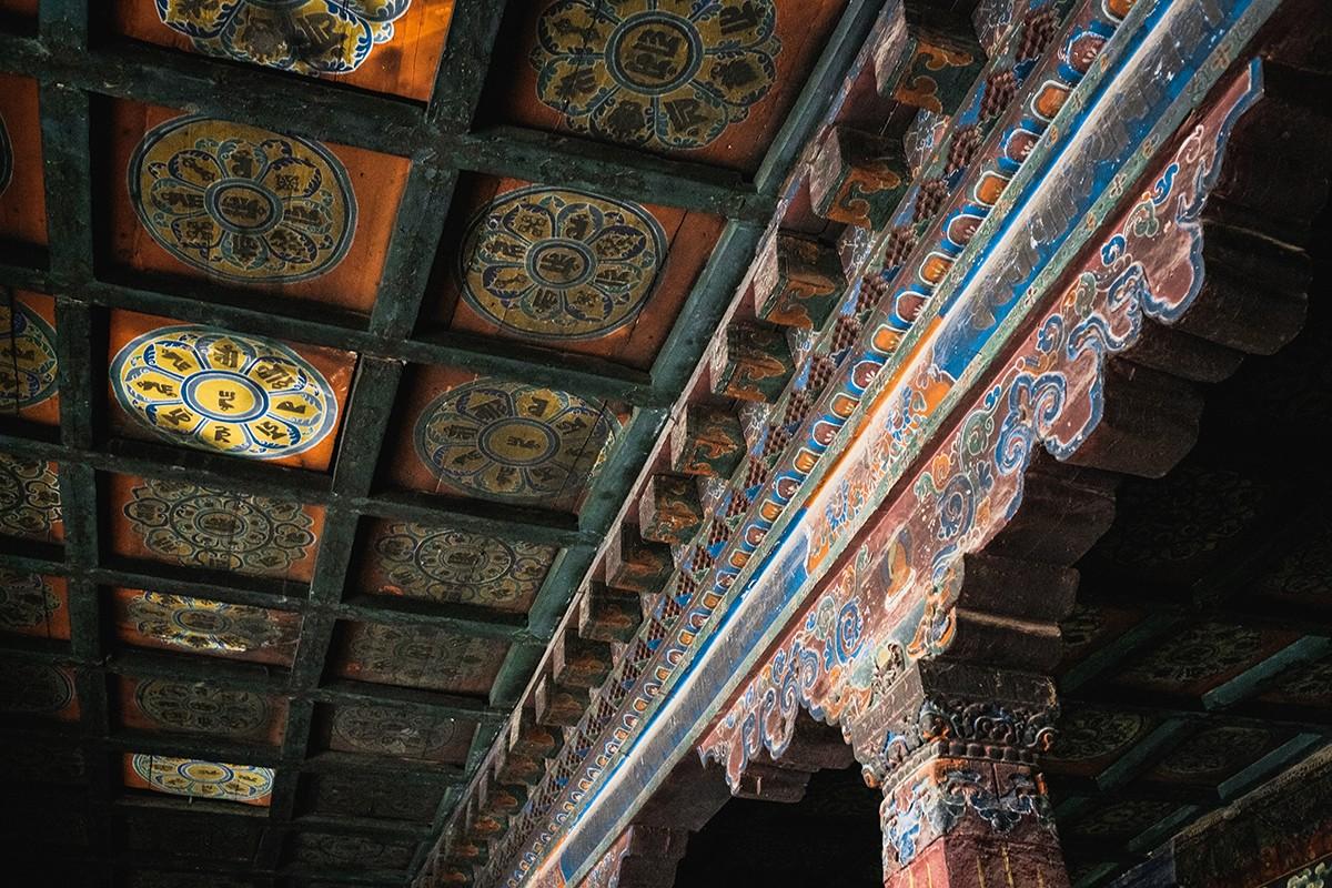 26. На потолках — мандалы будд.