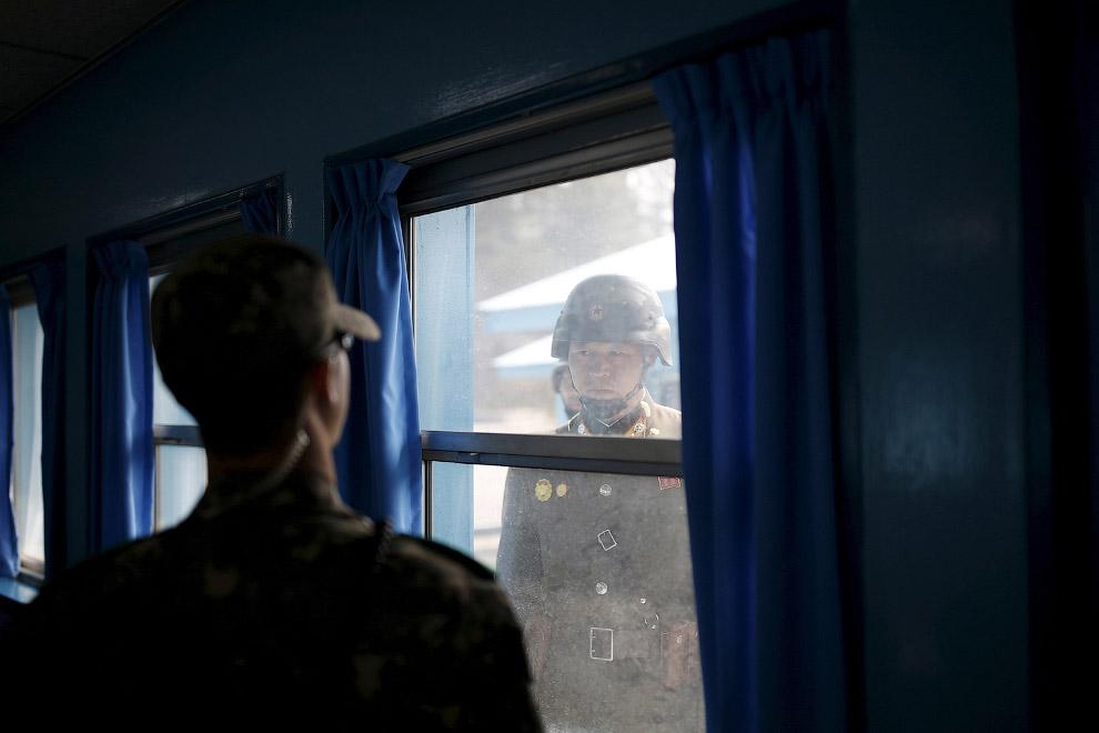 8. Южнокорейская девочка рассматривает северокорейскую территорию. (Фото Ahn Young-joon):