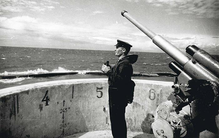 Командир батареи № 115 сержант Н. Е. Соколов у 45-мм орудия