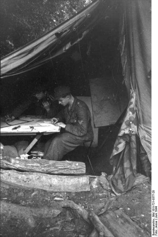 Frankreich, Soldaten in Zelt mit Karten