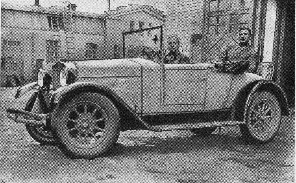 30231 У гаража Скорой помощи. Выезд на вызов 1927.jpg