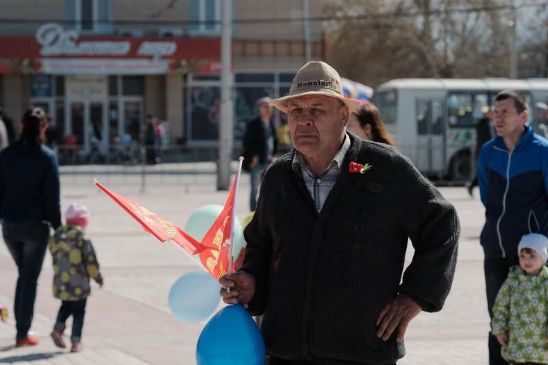 мужчина с красными флагами в руке а на голове шляпа с надписью рональдиньо