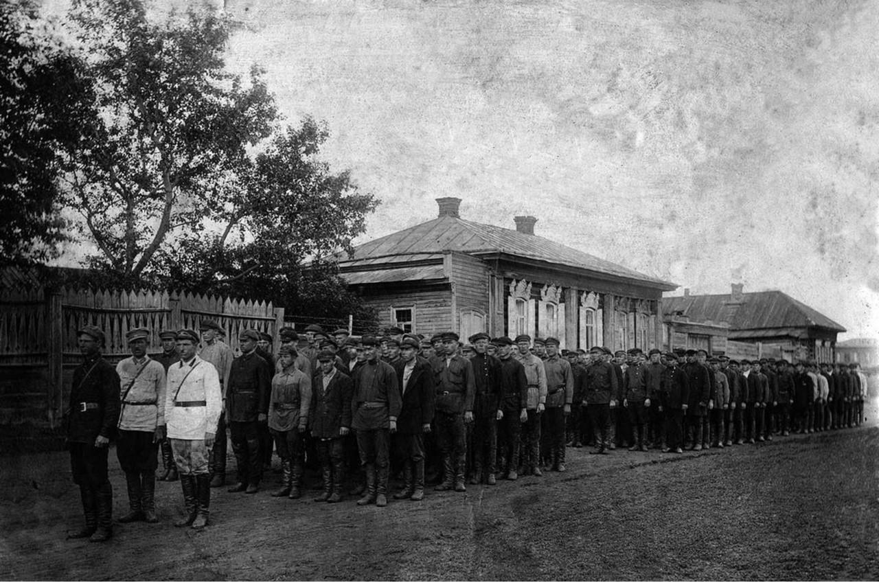 1921. Верхнеуральск. Рота допризывников. Командир роты И. Т. Зинаков (первый слева)