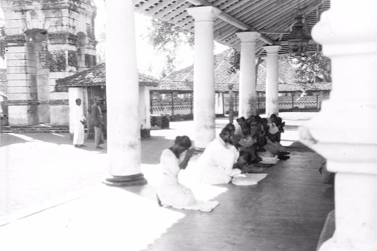 25. Окрестности Коломбо. Буддийский храм в деревне Келани. Молитва паломников