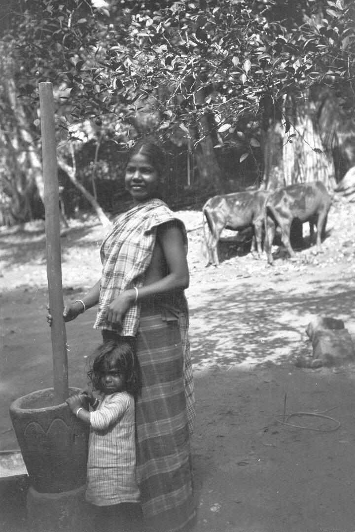66. Женщина толчет рис. Моландени