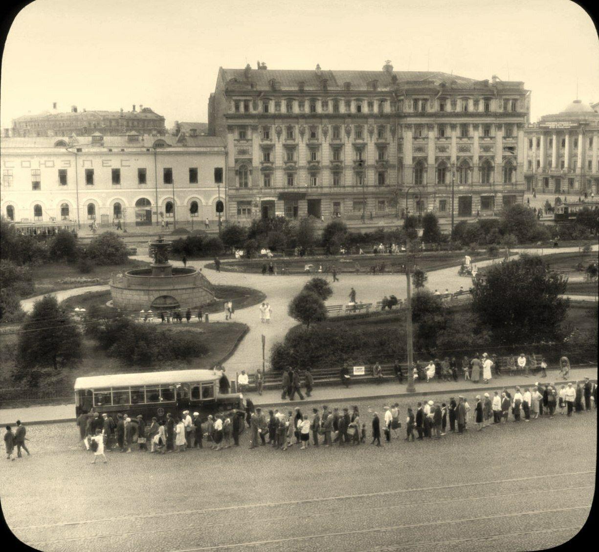 1931. Москва. Очередь на остановке